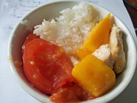 Ga xao xoai ca chua (mango and tomato chicken)