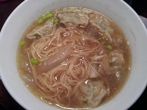 Mi hoanh thanh: noodle soup with shrimp wontons
